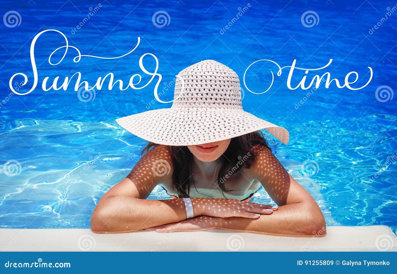 Giovane donna in cappello bianco che riposa nell ora legale del testo e dello stagno Tiraggio della mano dell iscrizione di calli