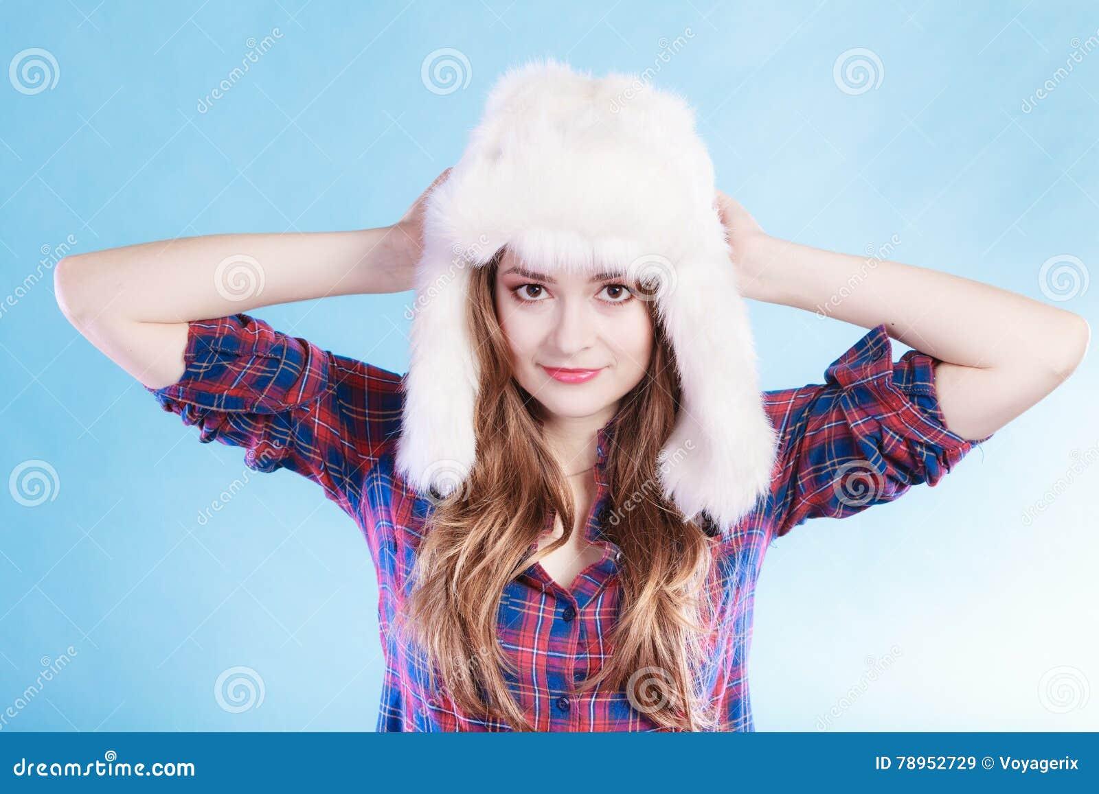 24d551cf6ef2 Giovane donna in cappuccio della pelliccia dell abbigliamento di inverno
