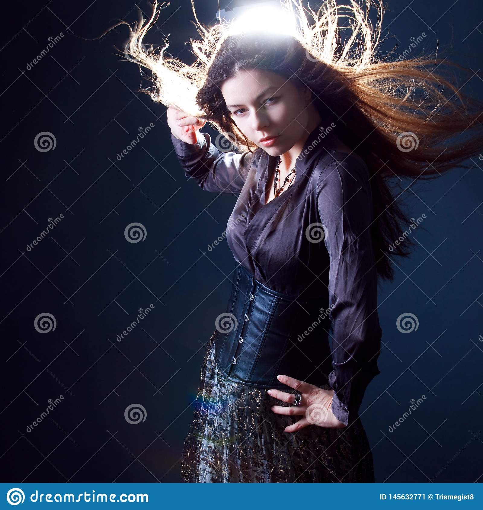 Giovane donna castana attraente nello scuro Bella giovane immagine della strega per Halloween