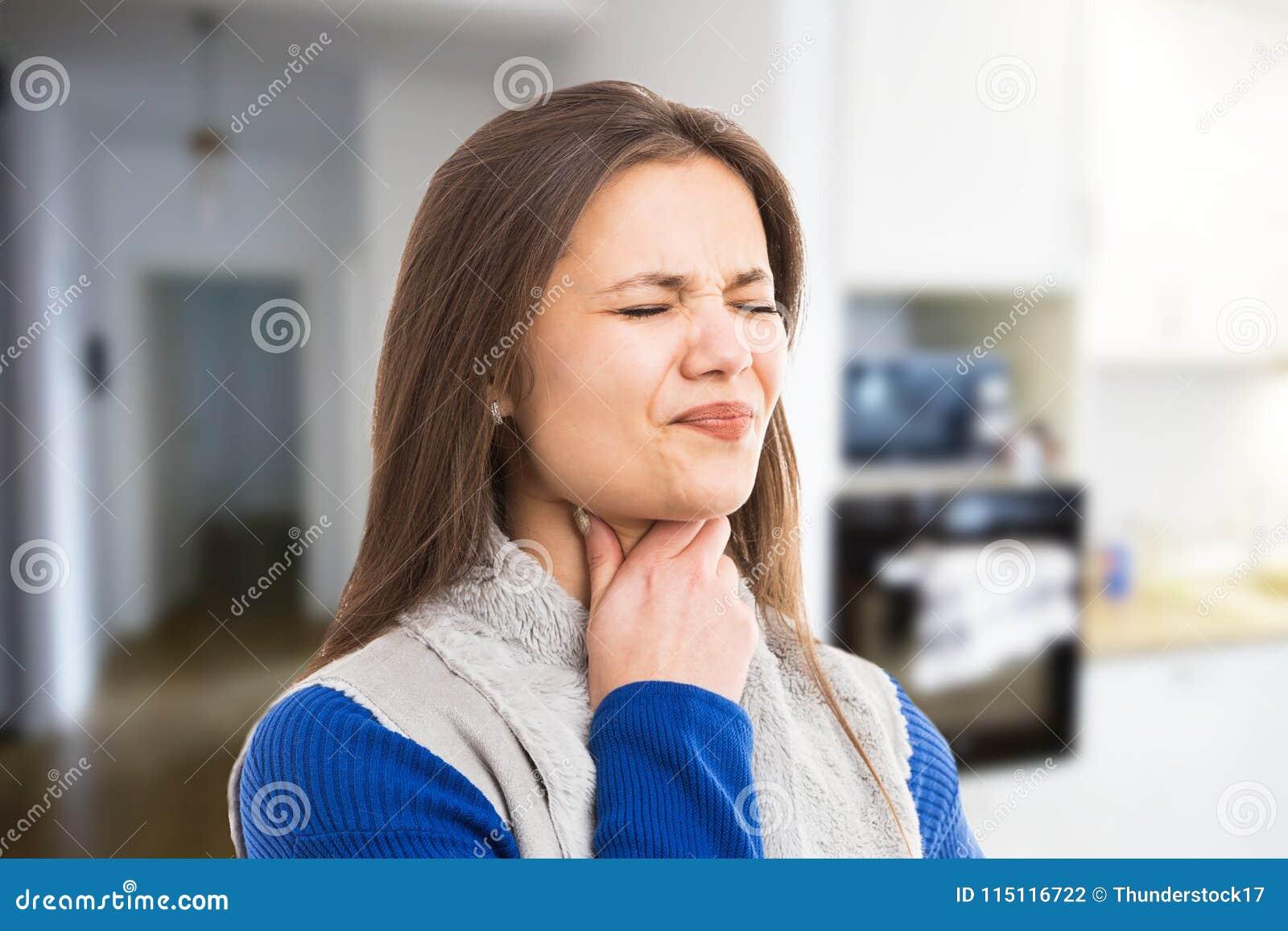 Giovane donna che avverte dolore della gola