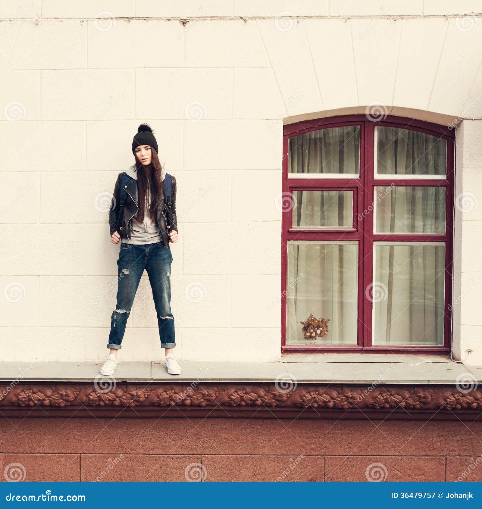 Giovane donna che cammina sul cornicione immagine stock immagine 36479757 - Cornicione casa ...