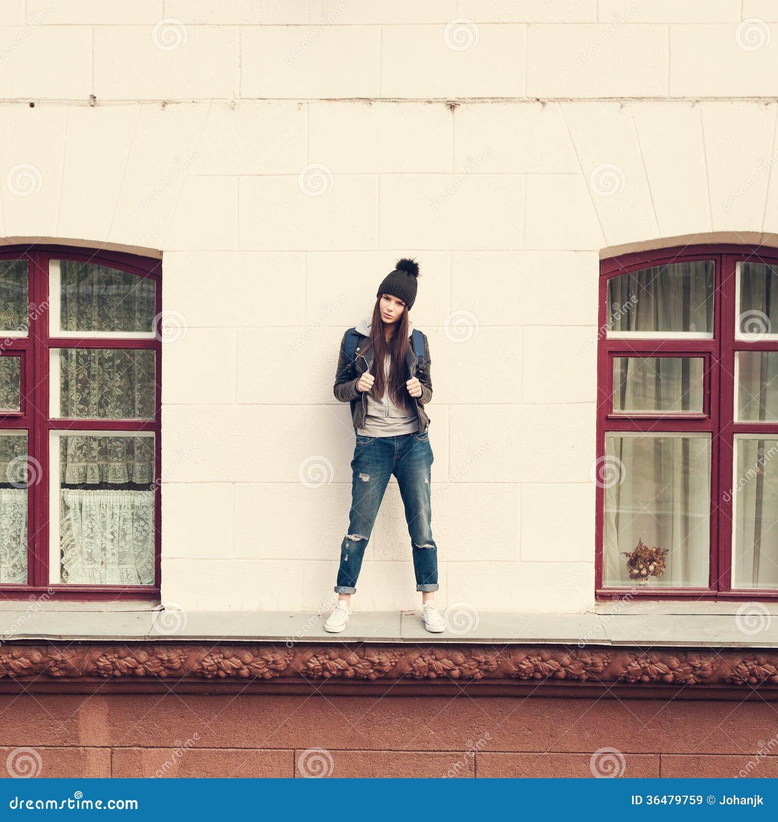 Giovane donna che cammina sul cornicione immagine stock - Cornicione casa ...