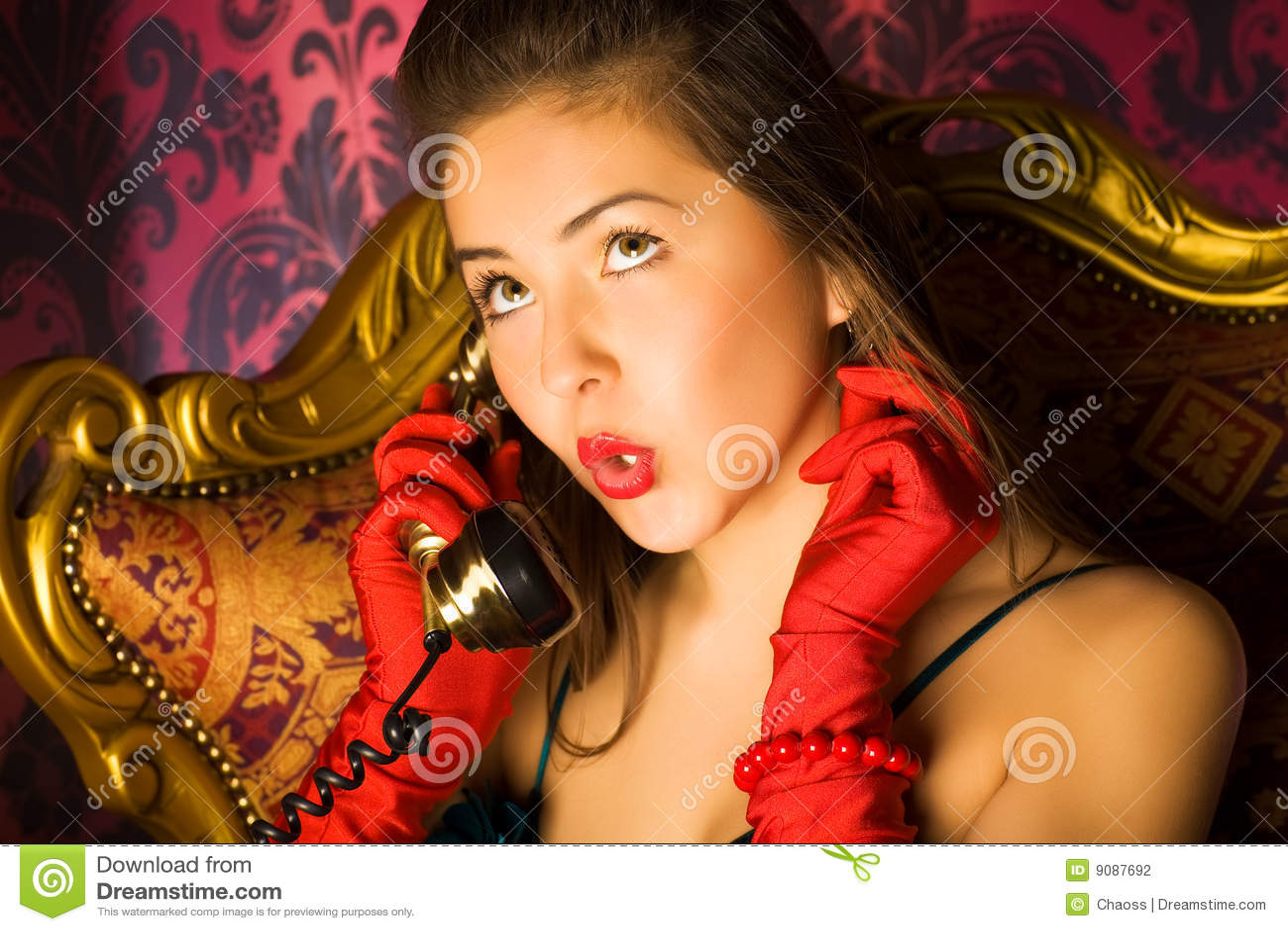 Giovane donna che comunica sul telefono