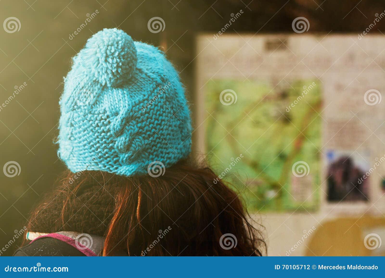 Giovane donna che consulta un bordo di informazioni della mappa, tracce di escursione dentro