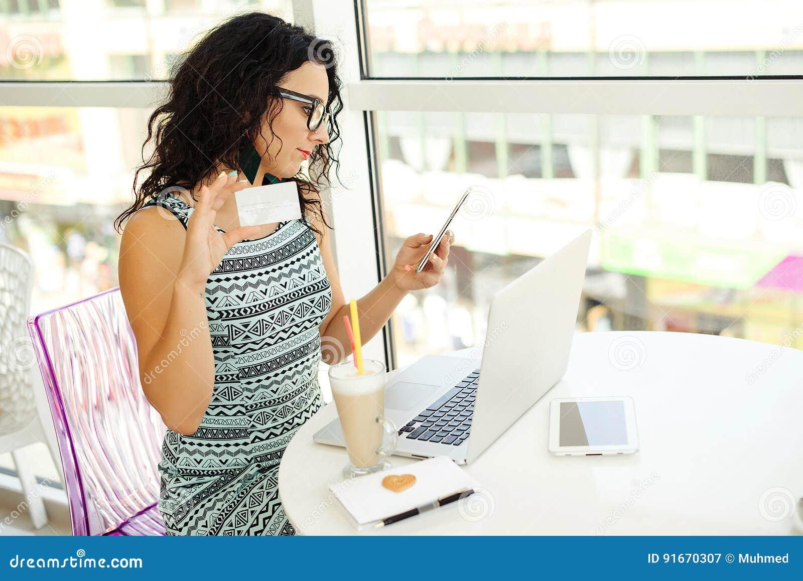 Giovane donna che effettua pagamento online con la carta di credito Acquisto in linea Concetto di nuova età in attività bancarie
