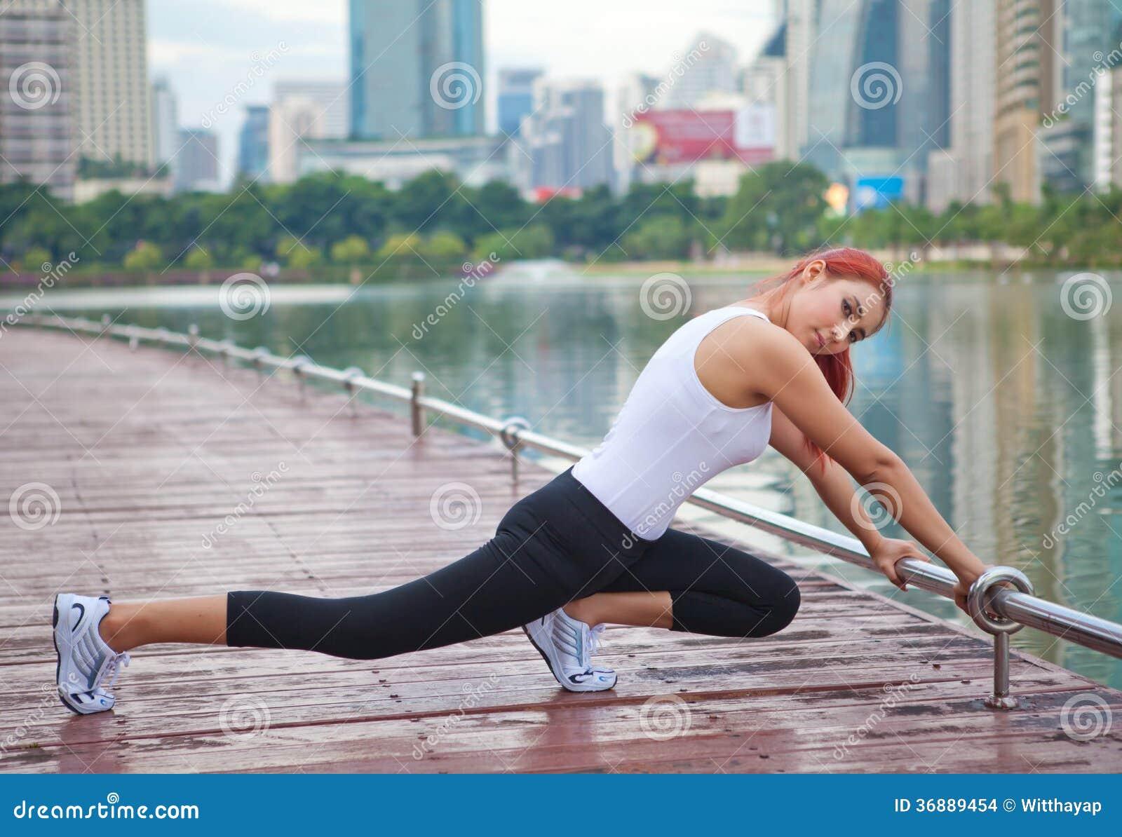 Download Giovane Donna Che Fa Allungando Esercizio Fotografia Stock - Immagine di parco, lifestyle: 36889454