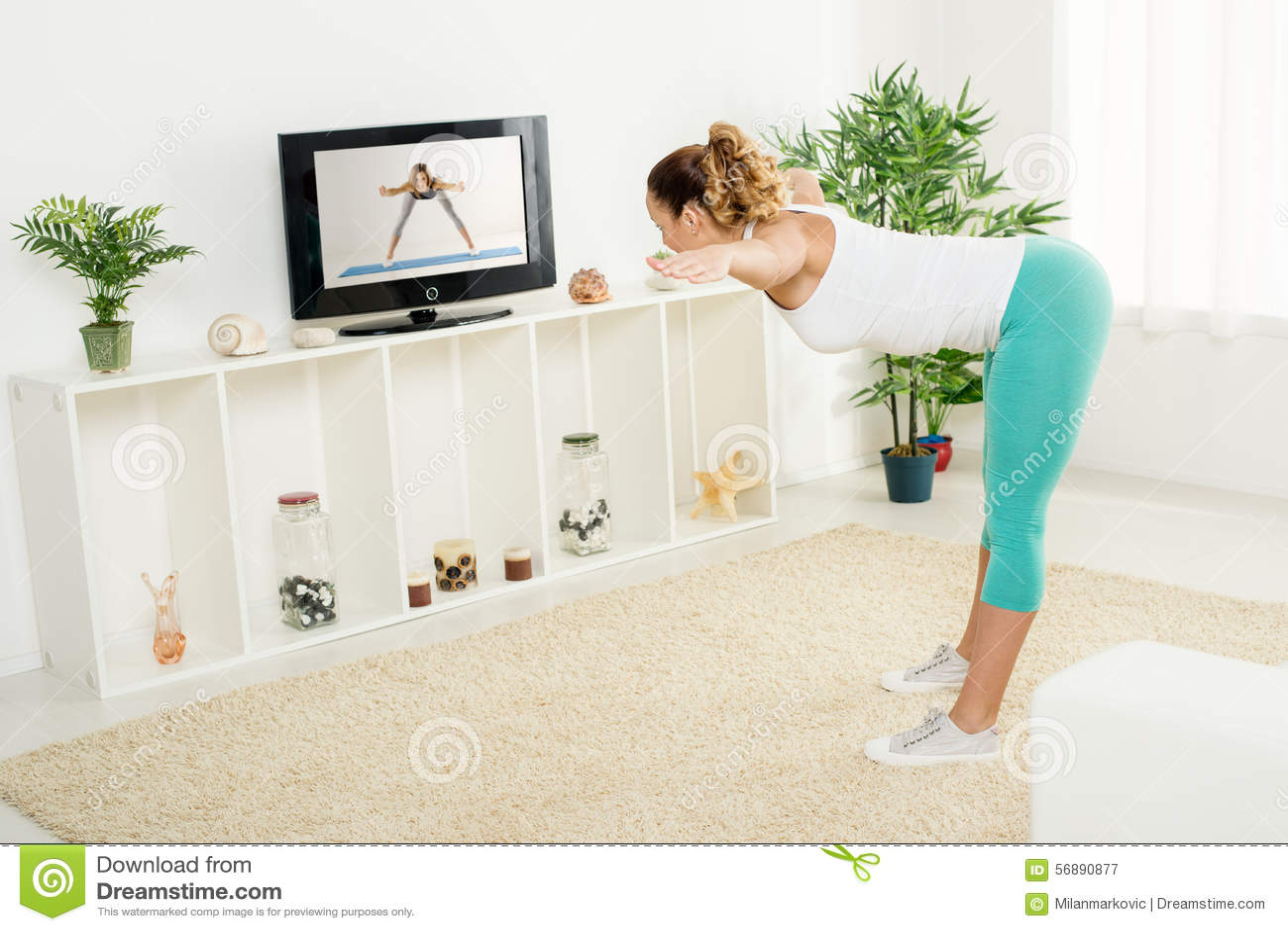 Giovane donna che fa allungando le esercitazioni