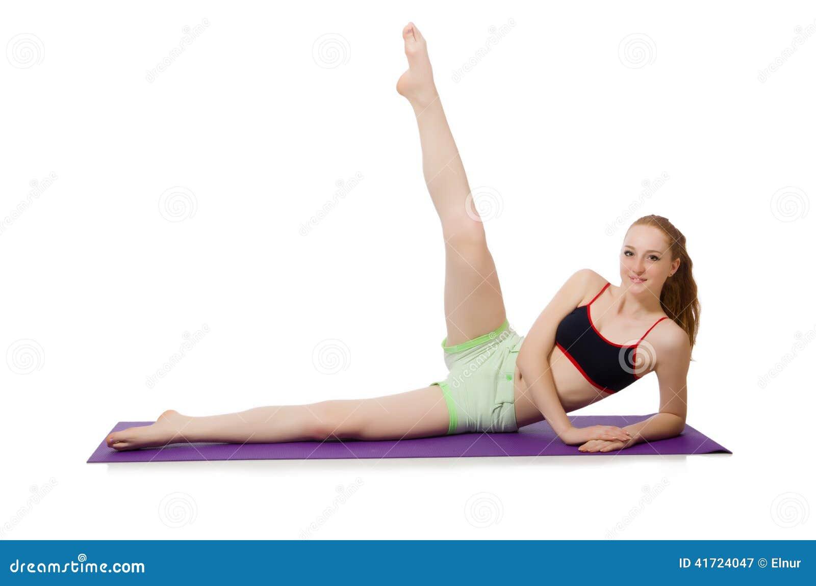 Giovane donna che fa gli esercizi di sport isolati