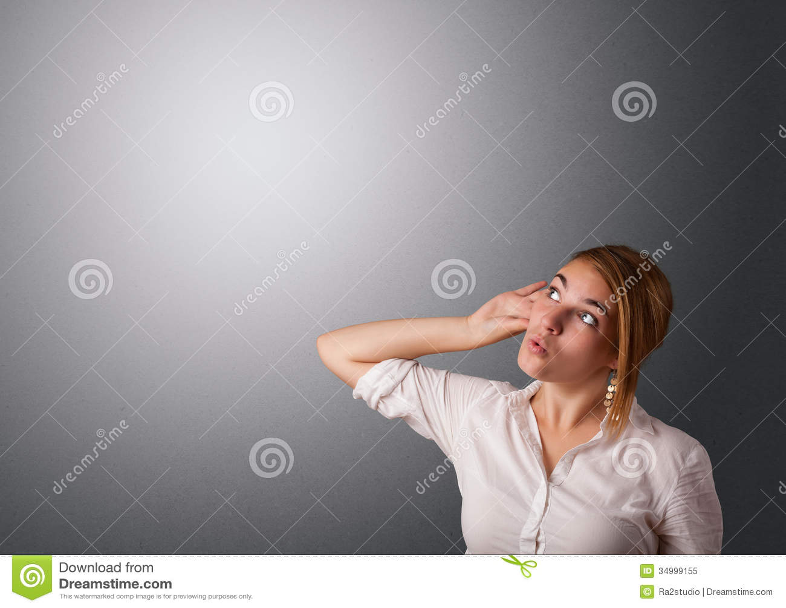 Giovane donna che fa i gesti