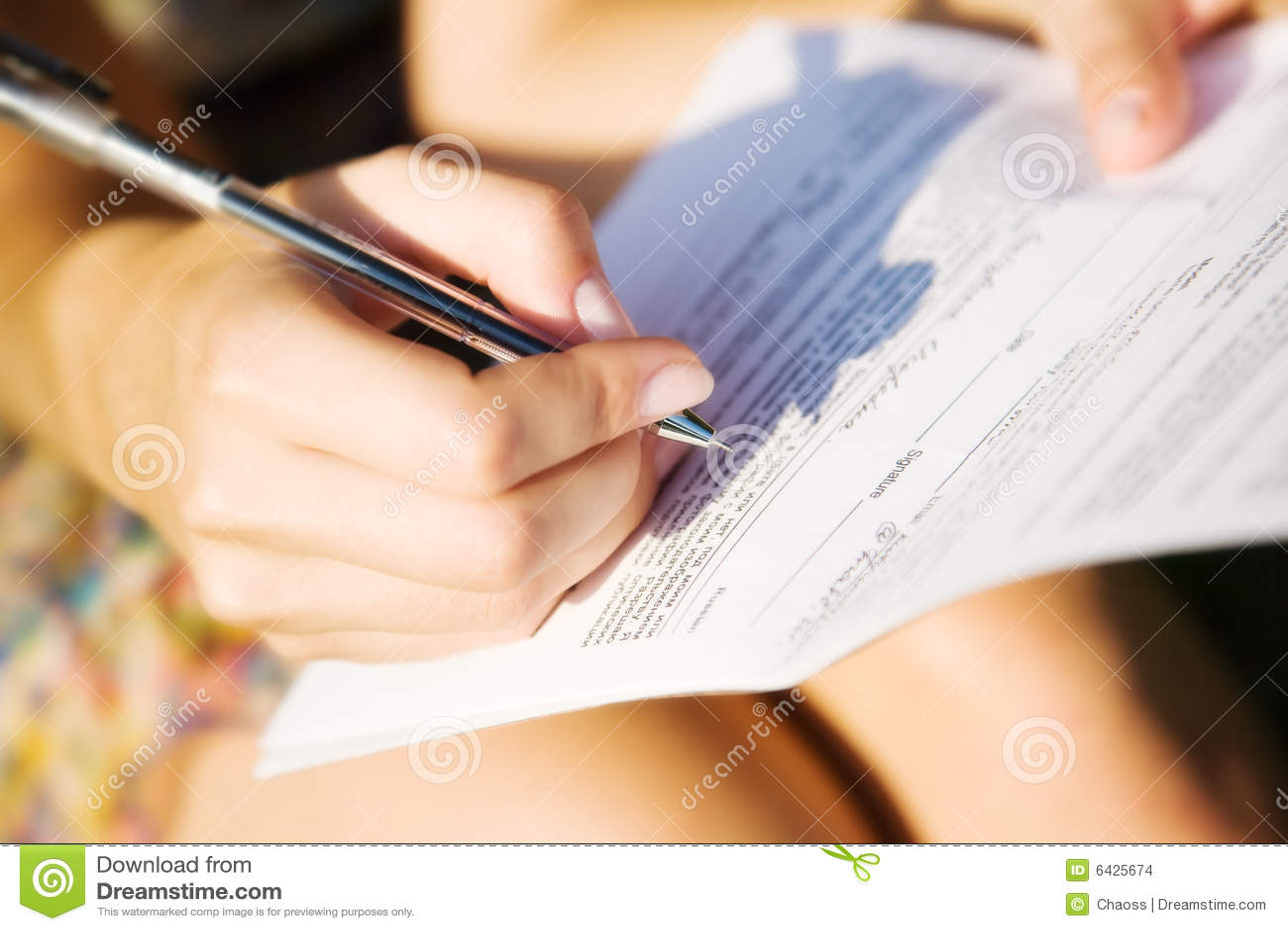 Giovane donna che firma un documento