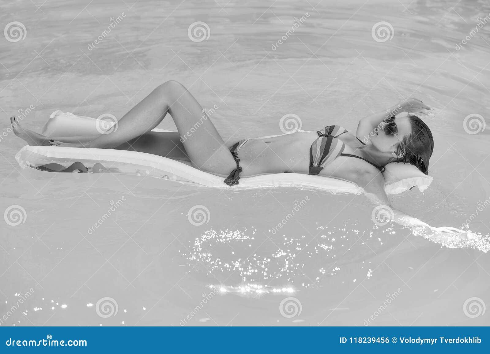 Giovane donna che galleggia nello stagno
