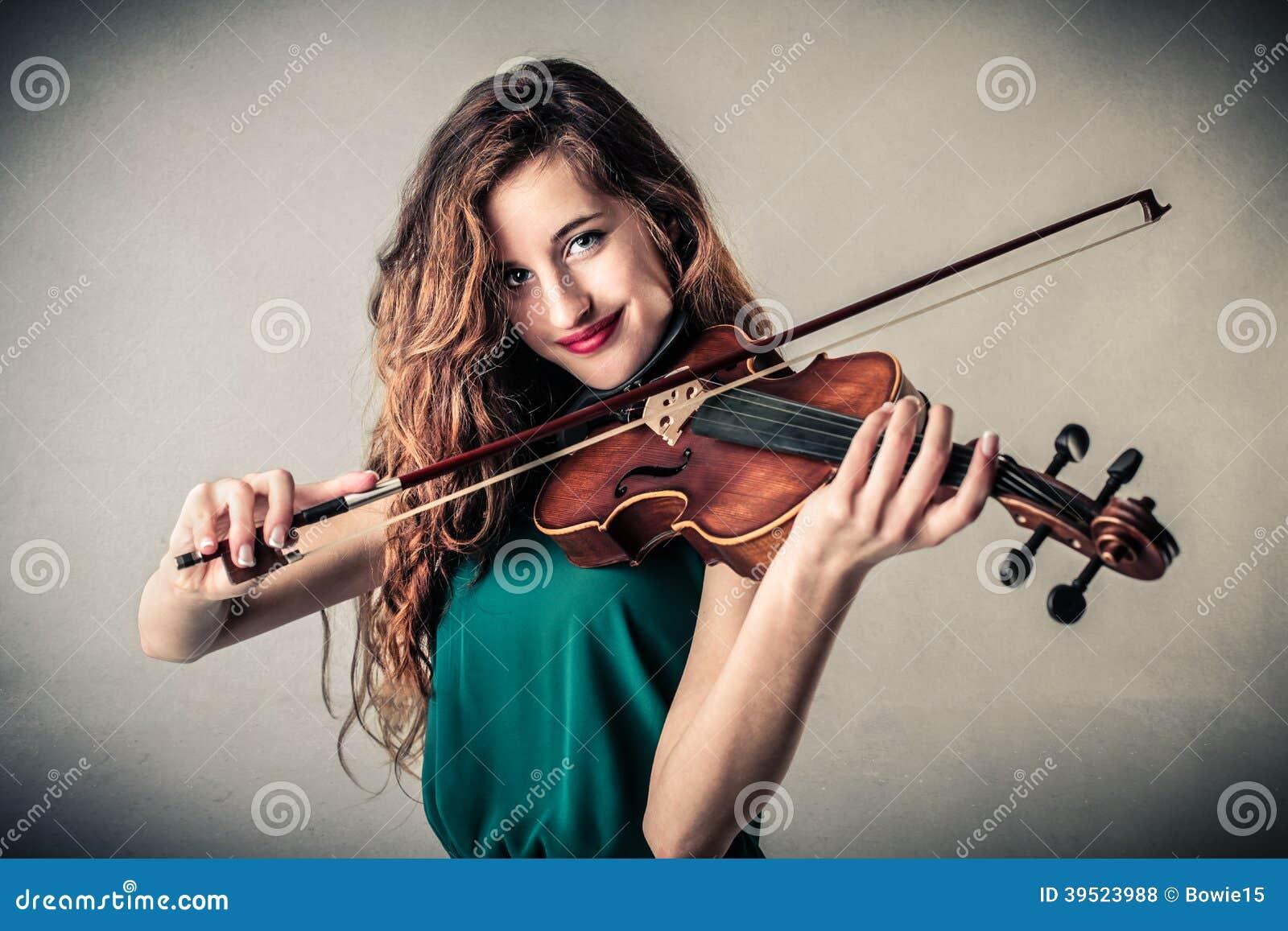 Giovane donna che gioca violino