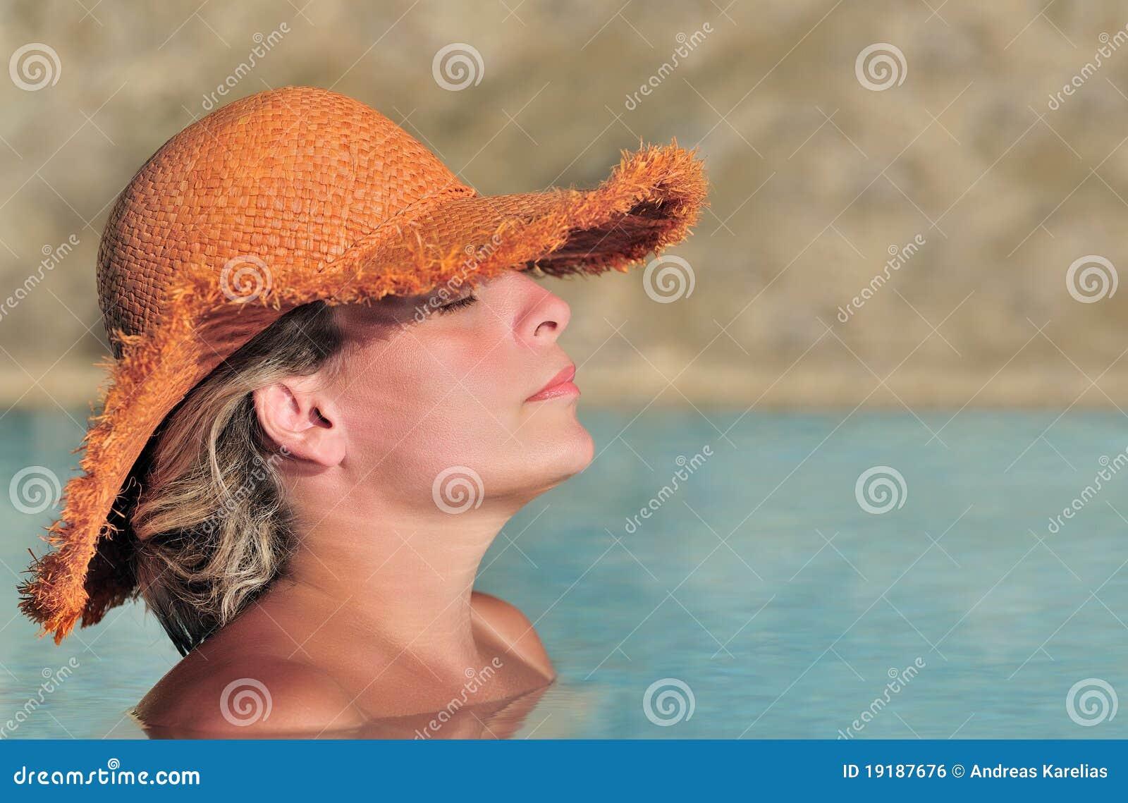 Giovane donna che gode del sole nel raggruppamento