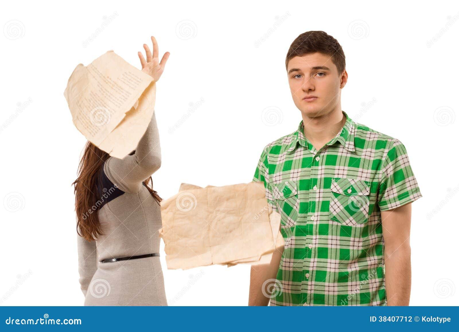 Giovane donna che lancia da parte le carte