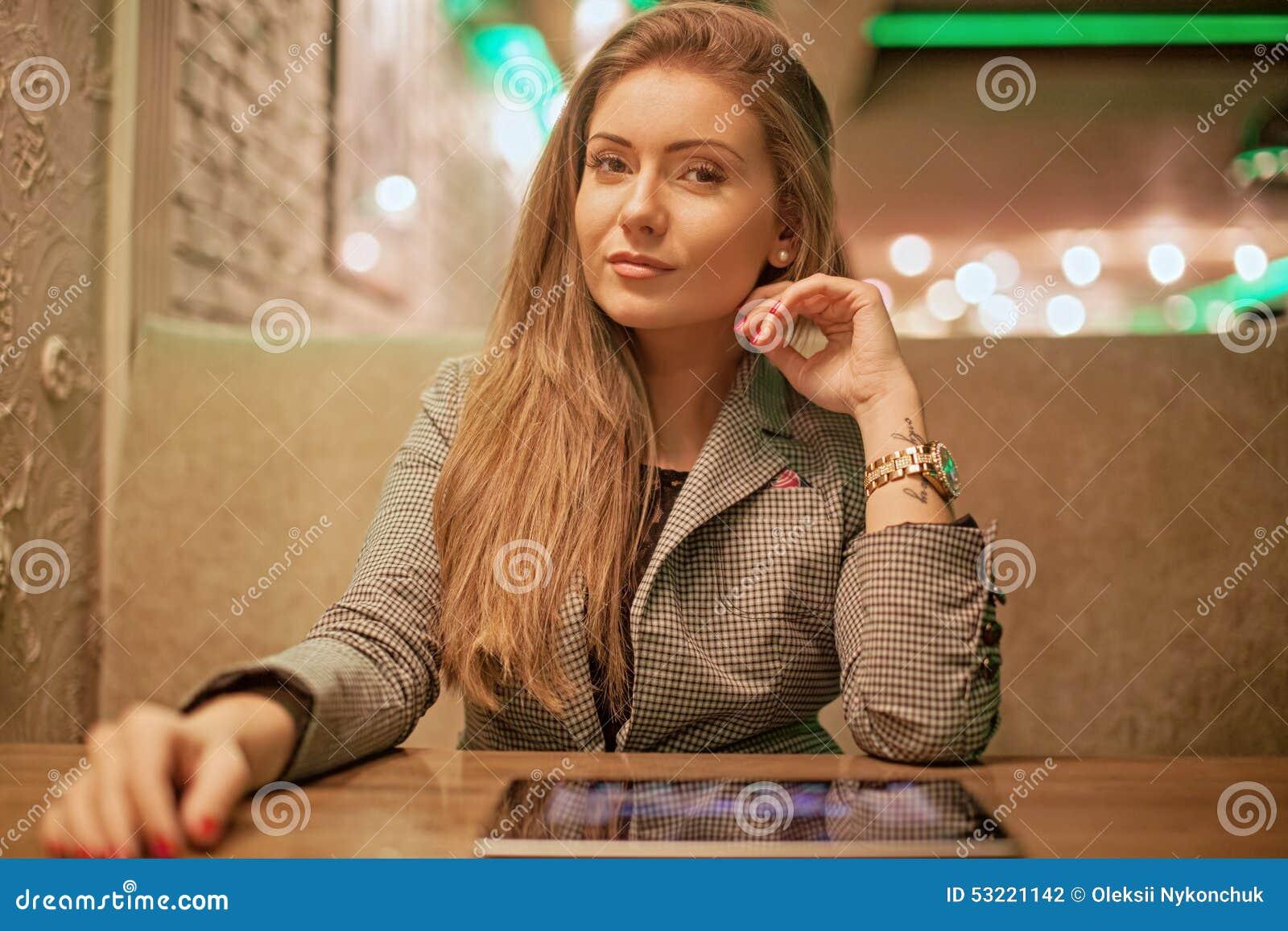 Giovane donna che legge una compressa digitale
