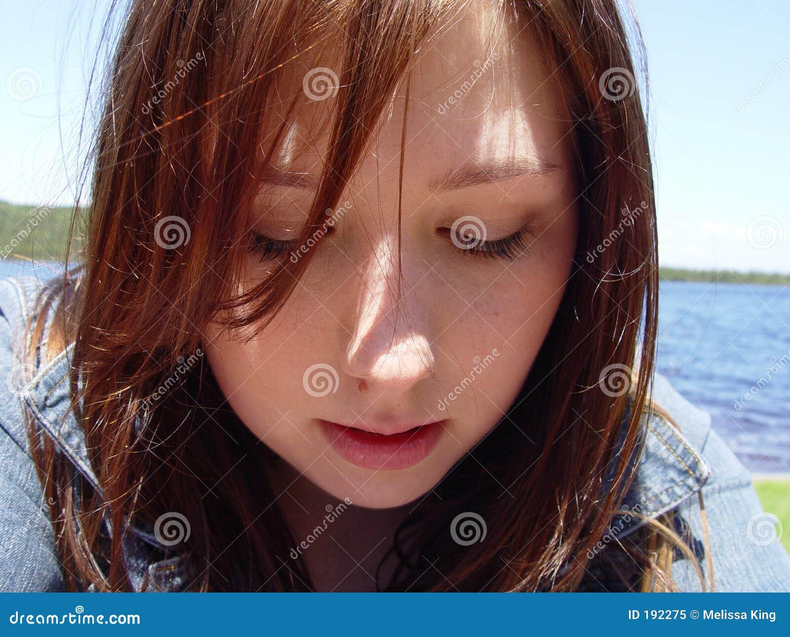 Giovane donna che osserva giù