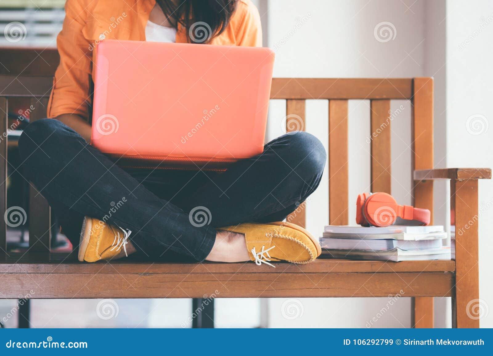 Giovane donna che per mezzo del calcolatore