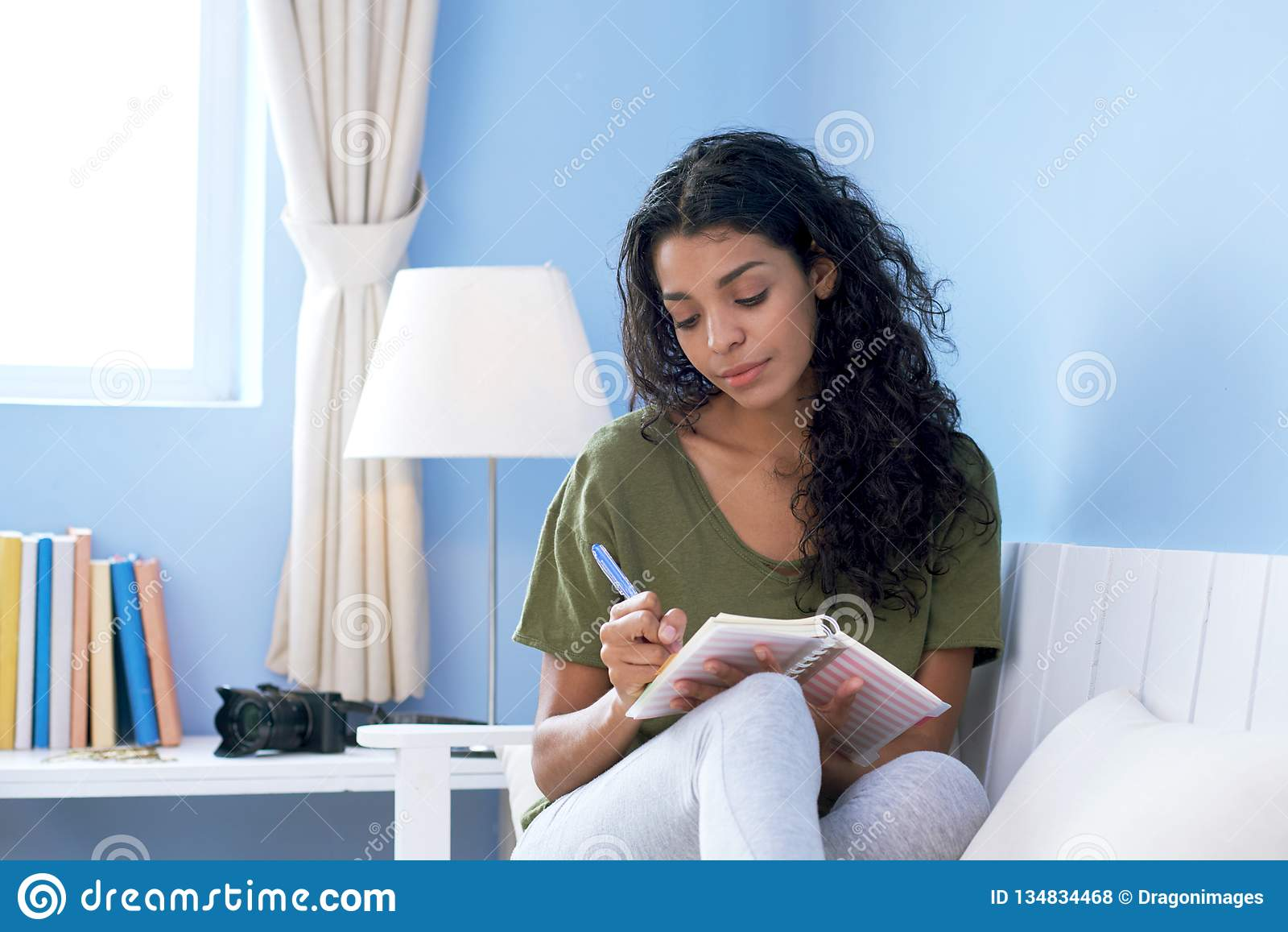 Giovane donna che prende le note