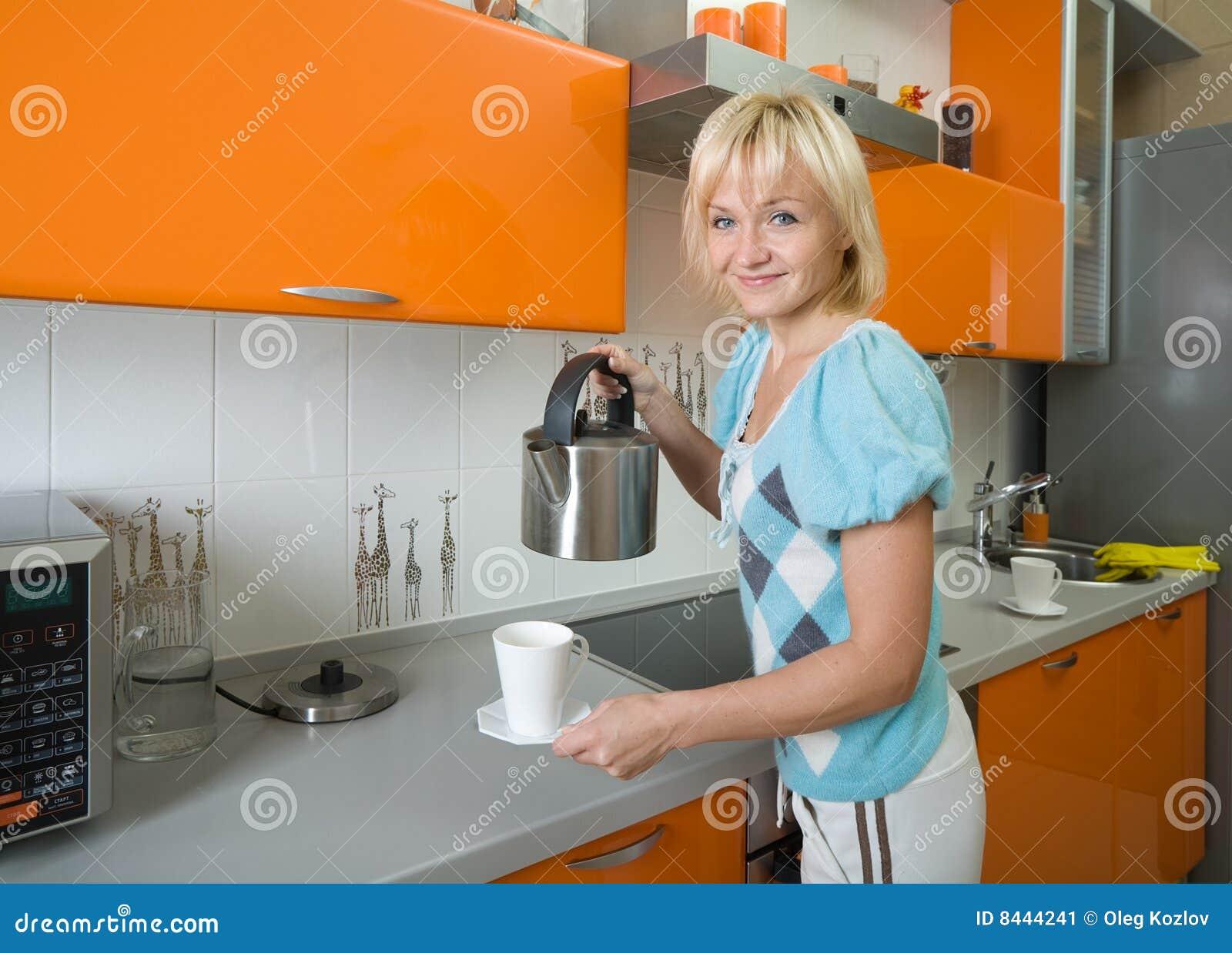 Giovane donna che prepara tè