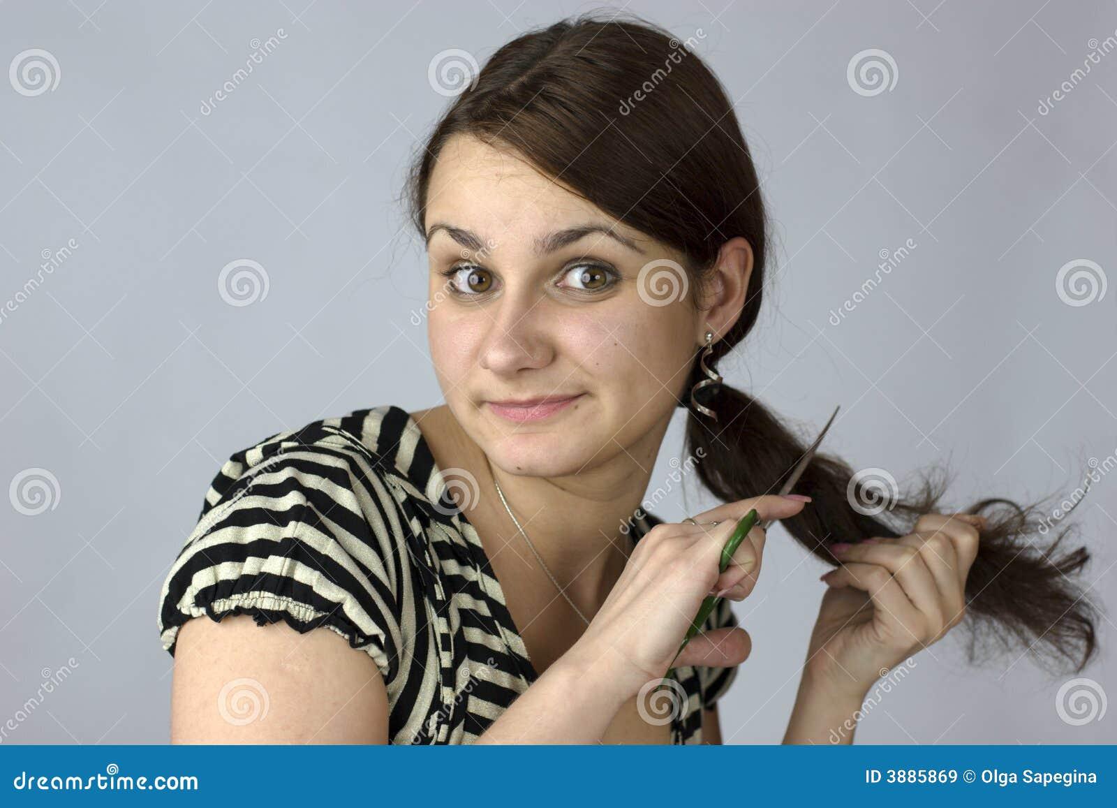Giovane donna che va tagliare capelli
