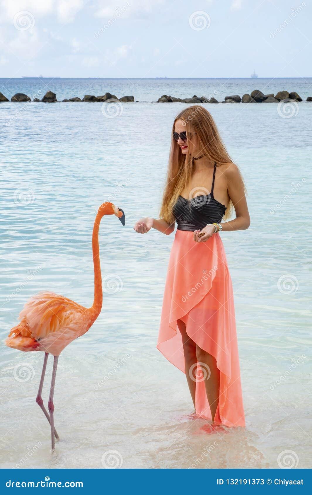 Giovane Donna Con Capelli Biondi Lunghi In Bikini Nero Ed ...