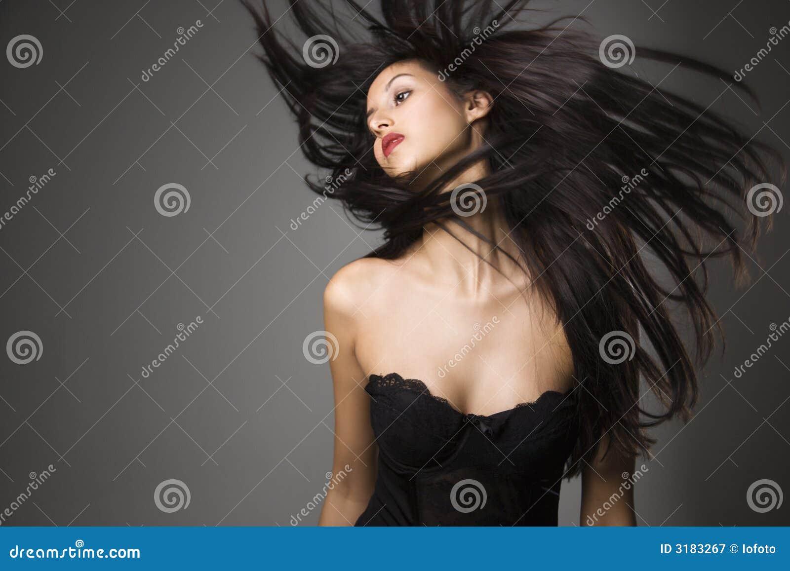 Giovane donna con capelli lunghi