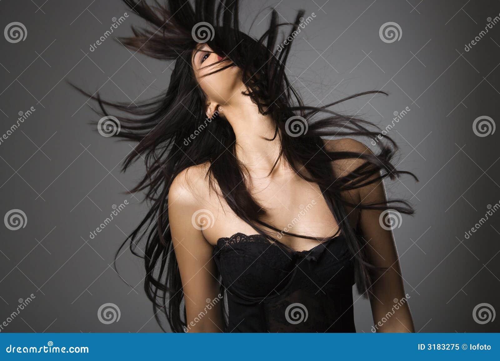 Giovane donna con capelli lunghi.