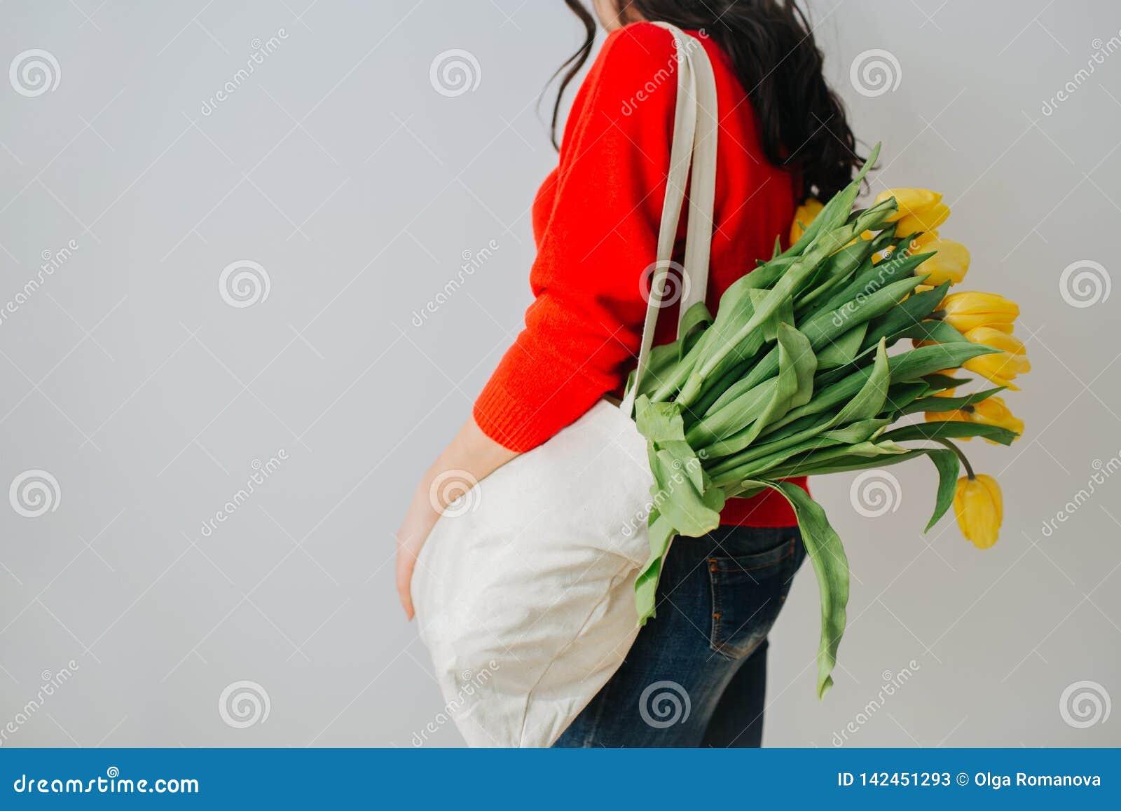 Giovane donna con i fiori della sorgente