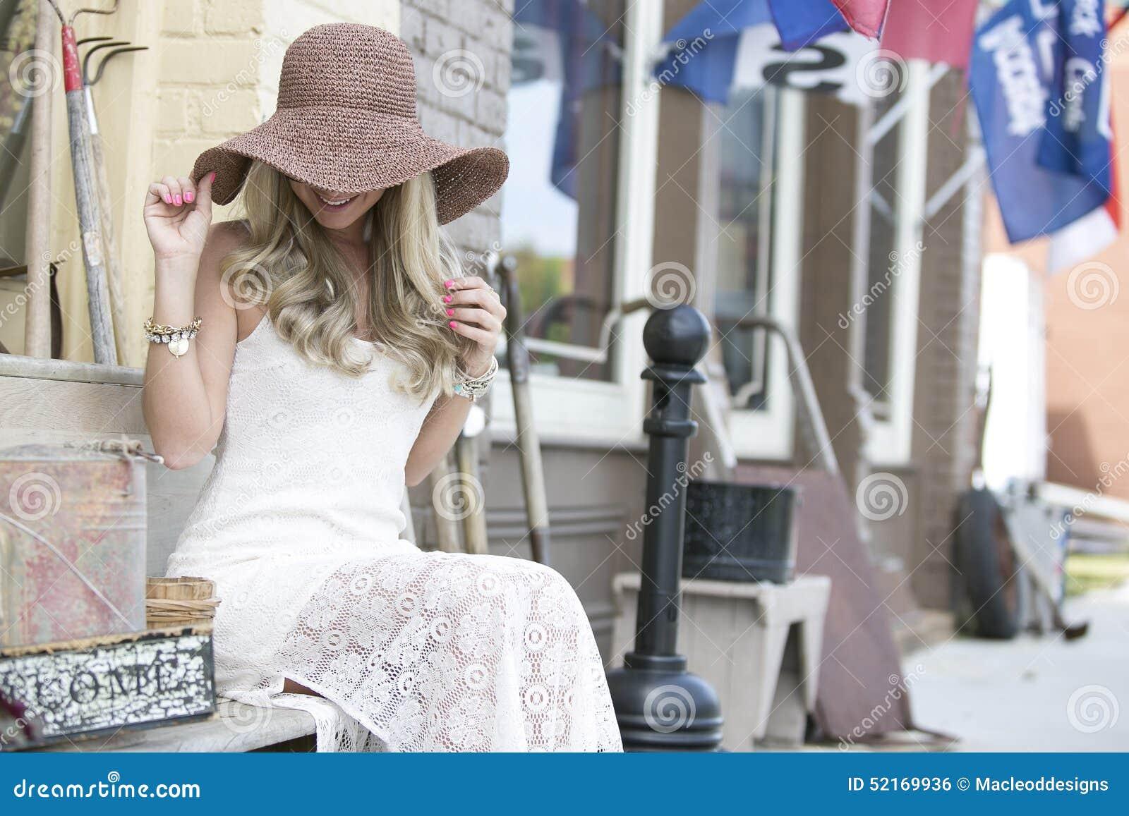 Giovane Donna Con Il Cappello Alla Moda Fotografia Stock ...