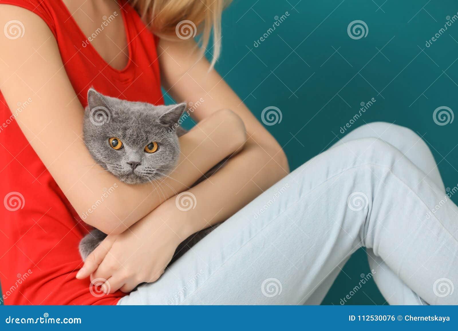 Giovane donna con il gatto sveglio dell animale domestico