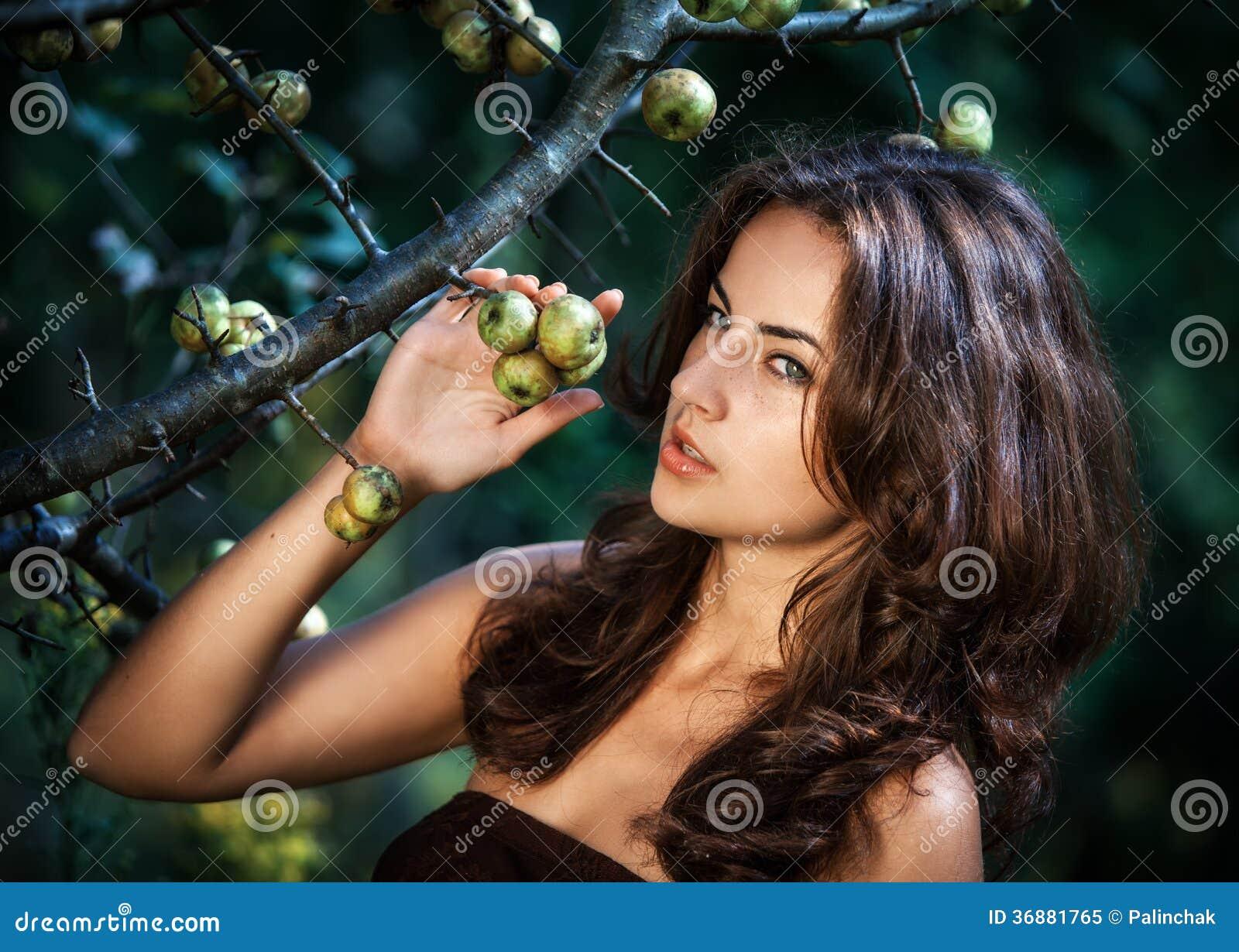 Download Giovane Donna Con Le Mele Selvagge Immagine Stock - Immagine di capelli, ritratto: 36881765
