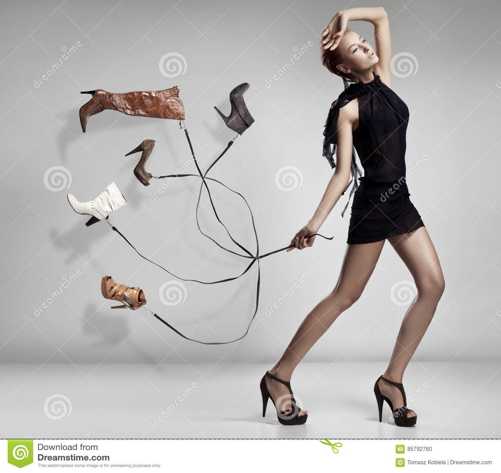 Giovane donna con molte scarpe