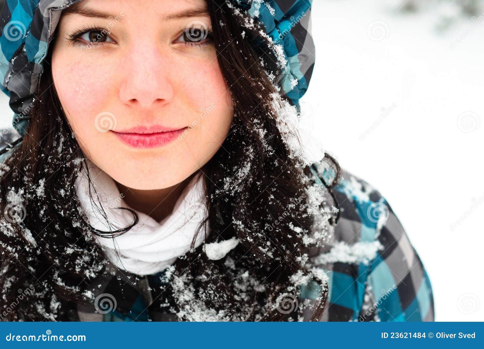 Giovane donna con neve