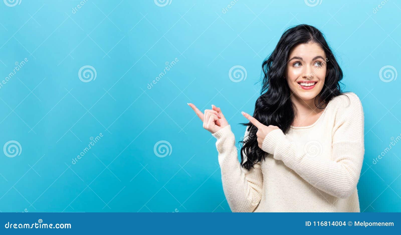 Giovane donna con un gesto di mano di visualizzazione