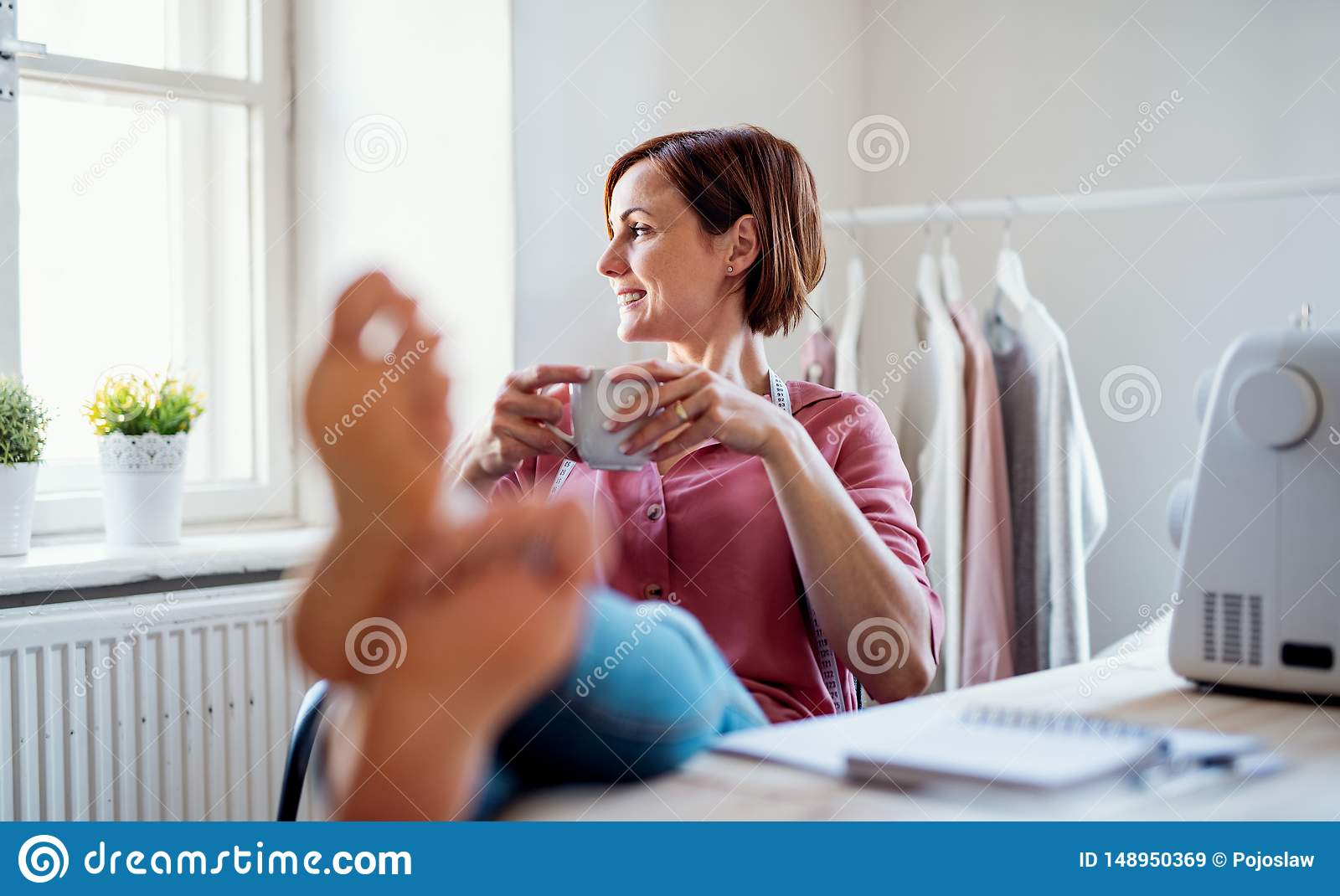 Giovane donna creativa in uno studio, riposante Una partenza di adattamento dell affare