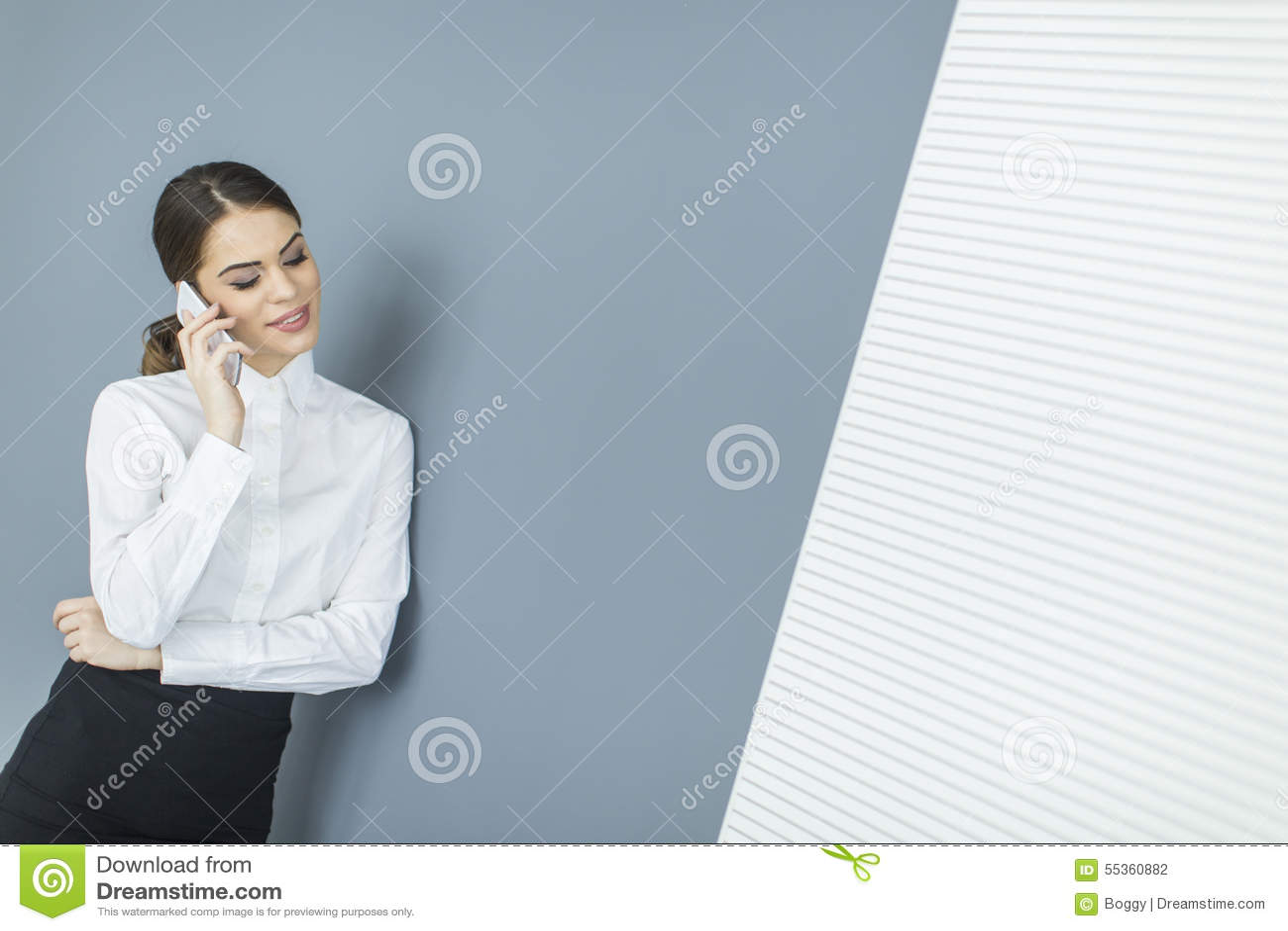 Giovane donna dalla parete