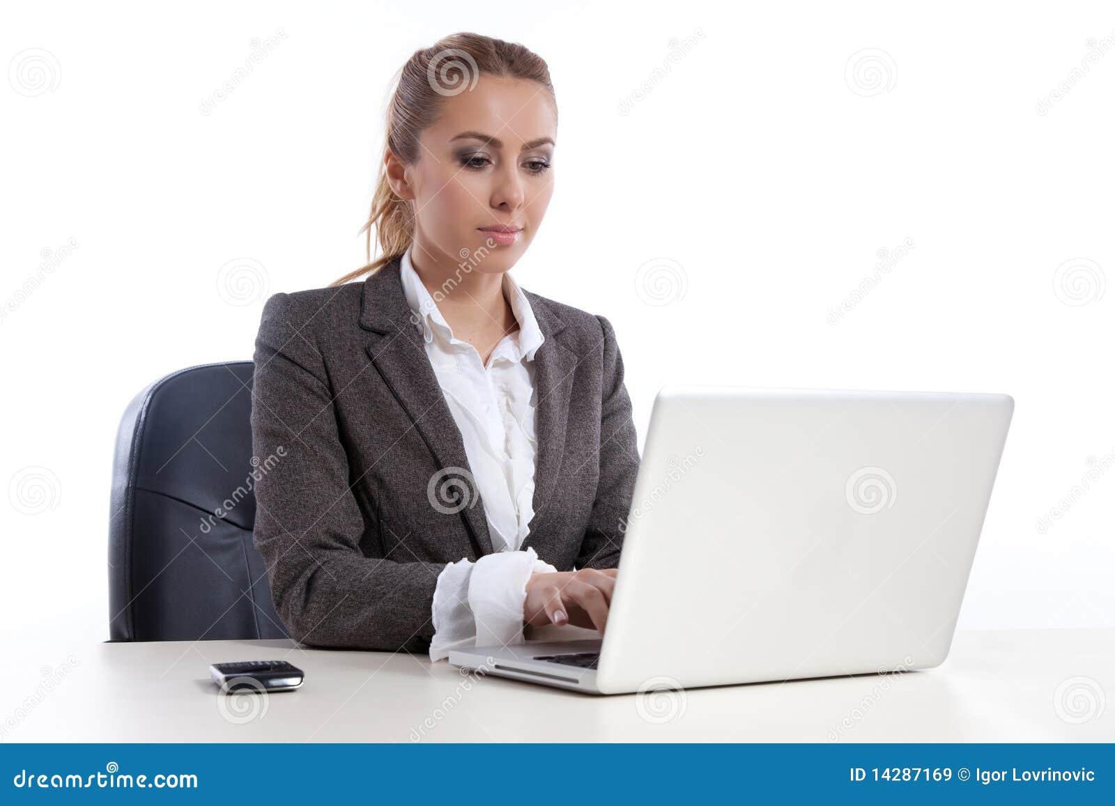 Giovane donna di affari all ufficio con il computer portatile