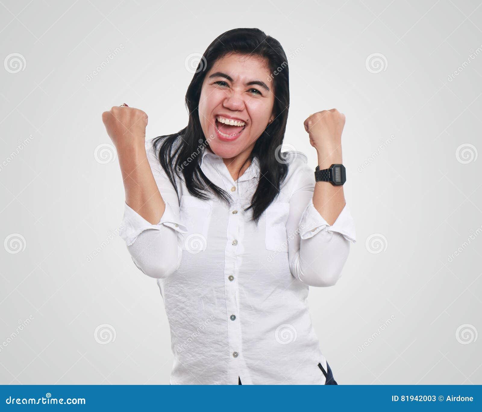 Giovane donna di affari asiatica Showing Winning Gesture