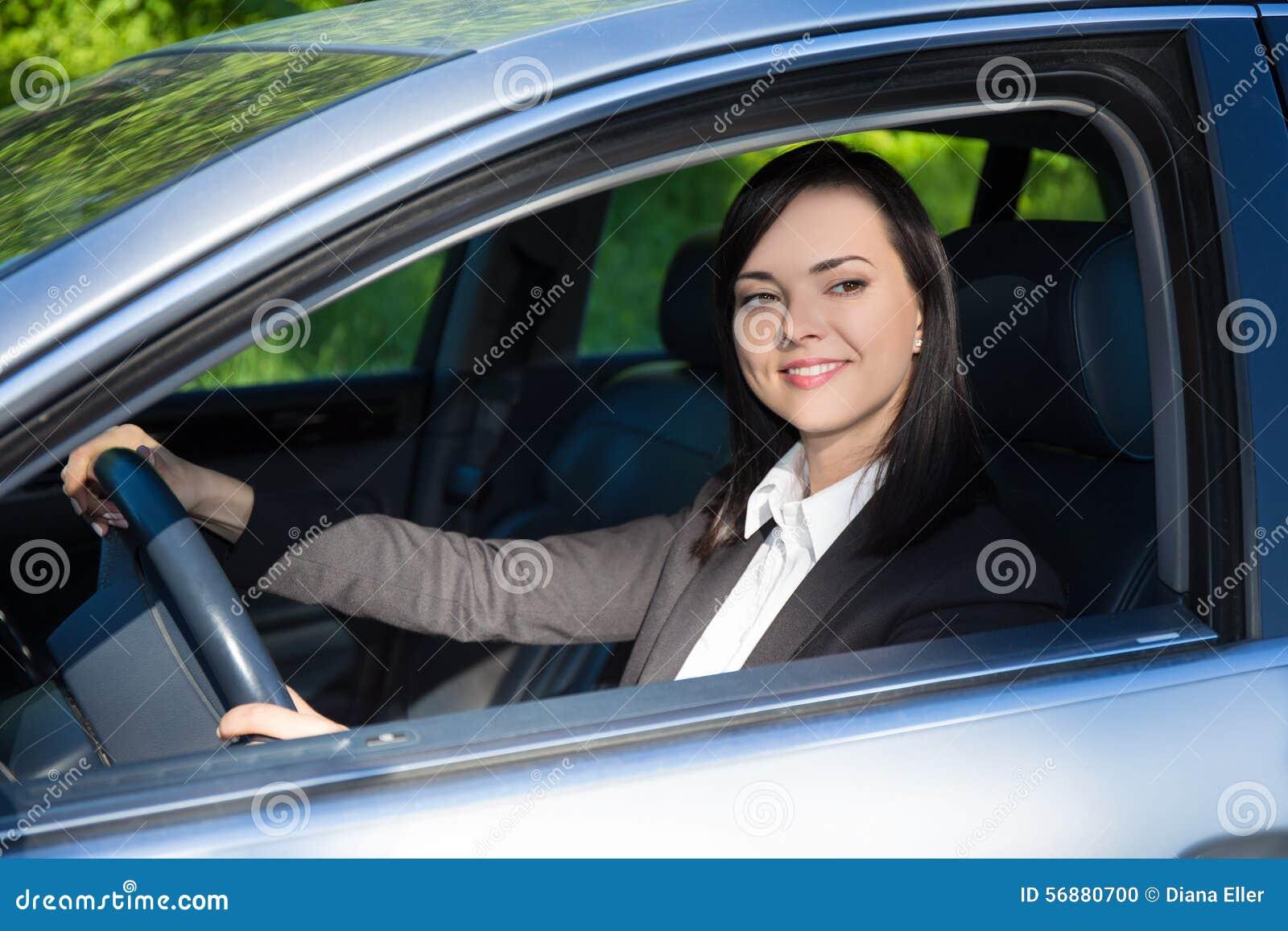 Giovane donna di affari che conduce la sua automobile