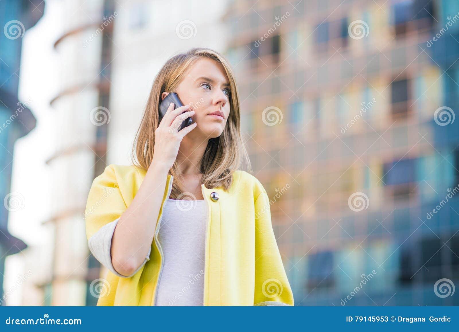Giovane donna di affari che fa una telefonata sul suo Smart Phone
