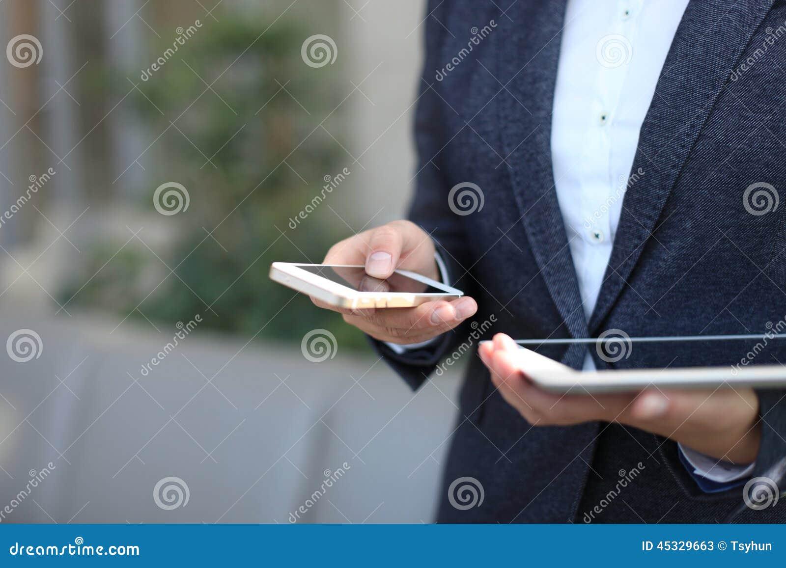 Giovane donna di affari che lavora con i dispositivi moderni,