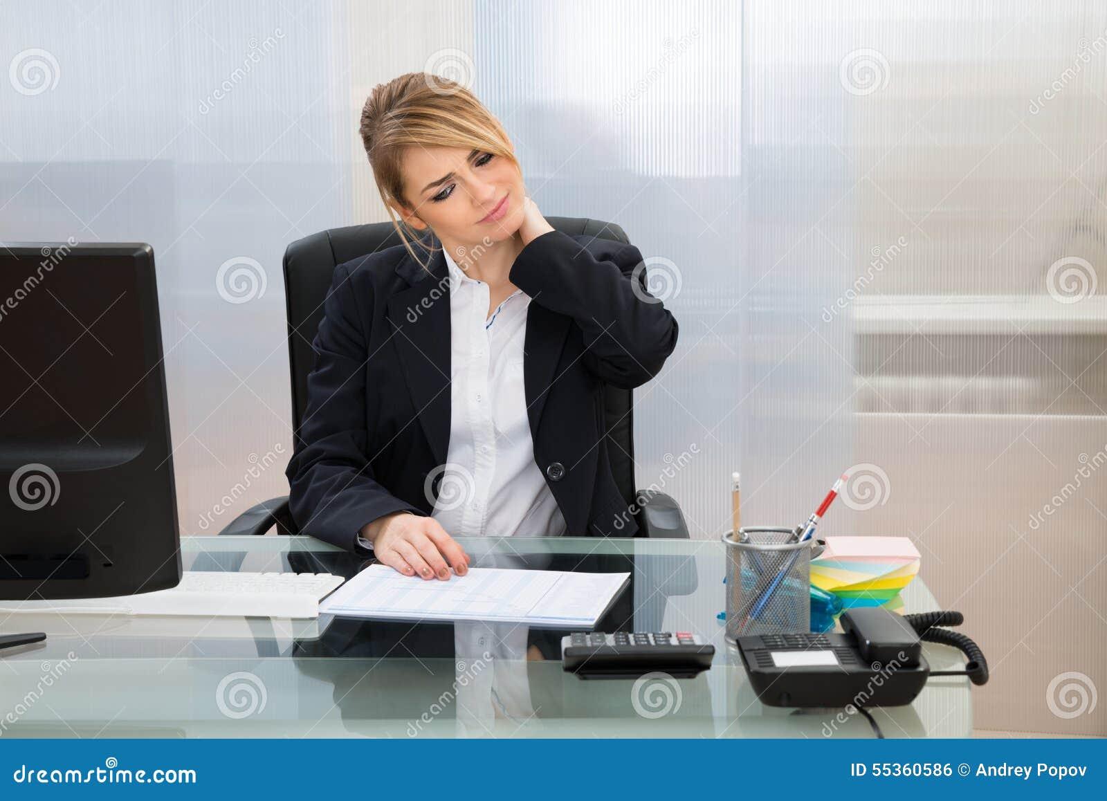 Giovane donna di affari che soffre dal neckache