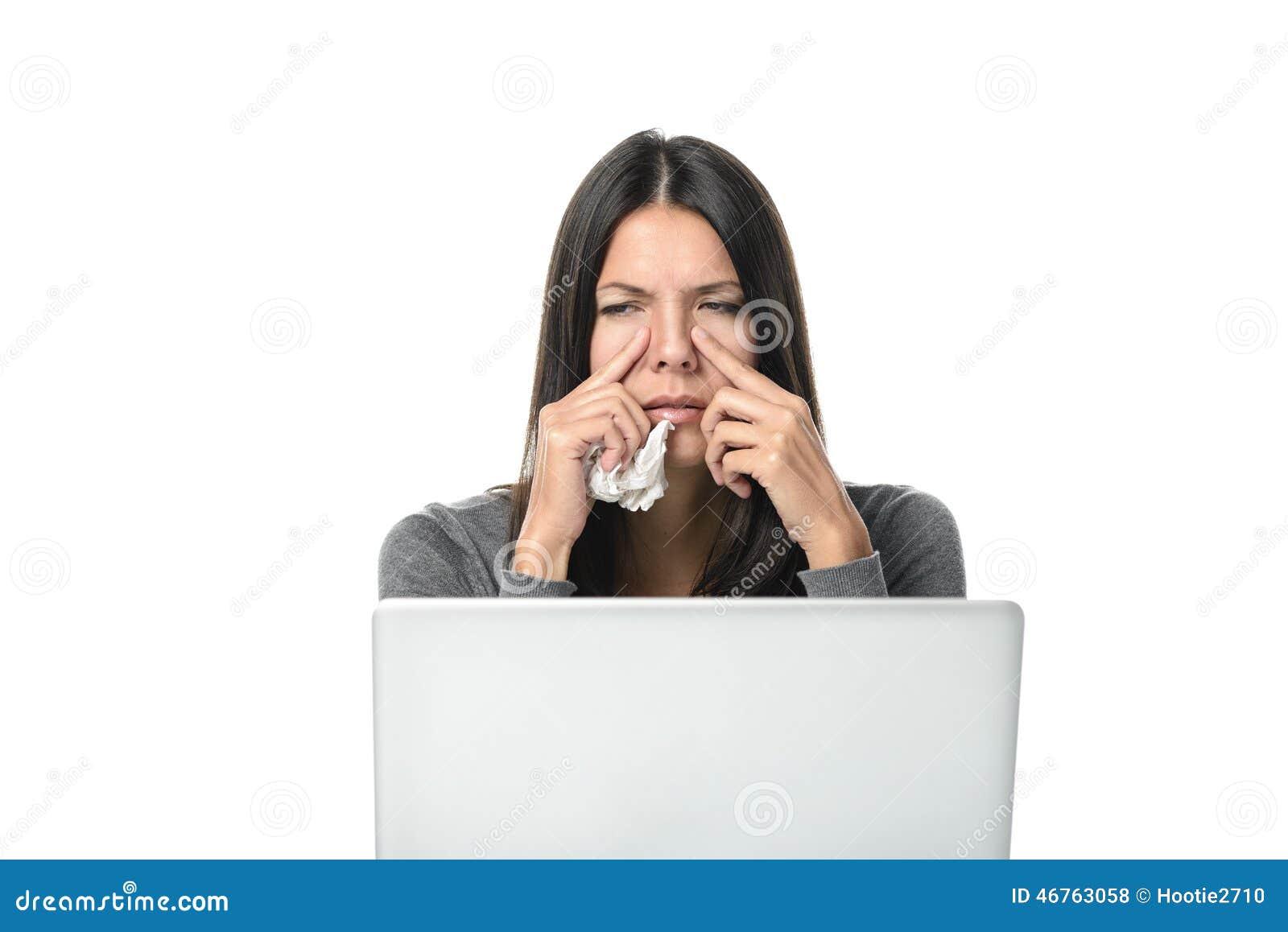 Giovane donna di affari con sinusite severa
