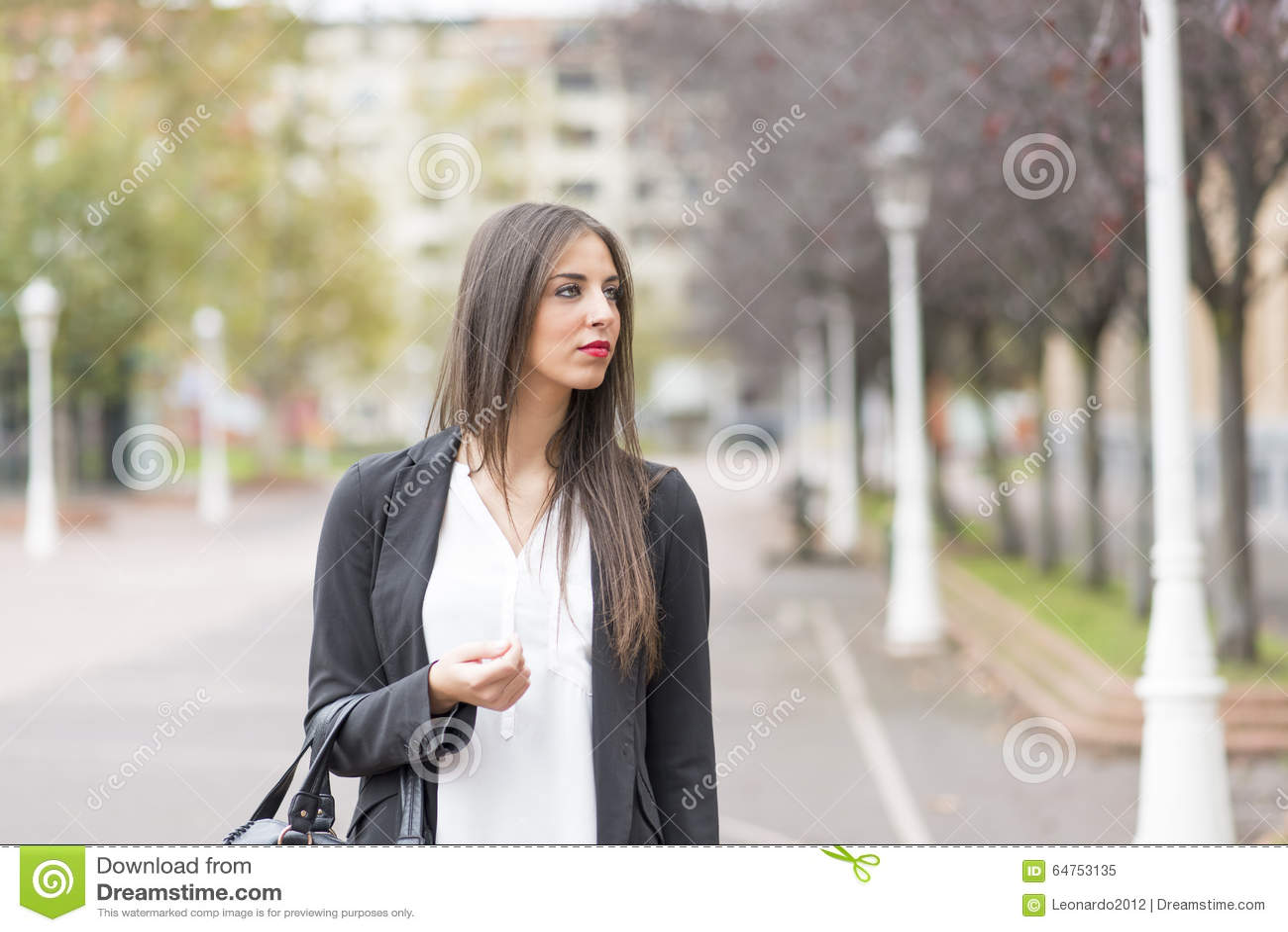 Giovane donna di Elegand nel distogliere lo sguardo della via