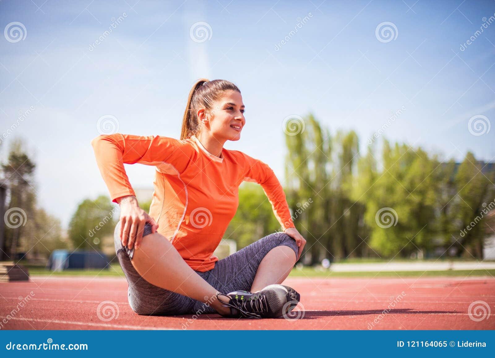 Giovane donna di sport di bellezza