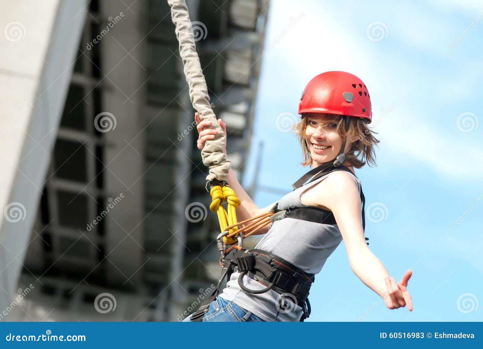 Giovane donna dopo il salto dell ammortizzatore ausiliario