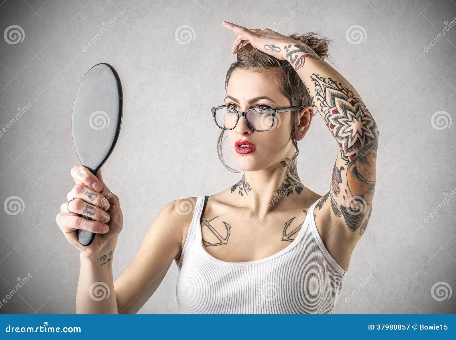 Giovane donna dura con i tatuaggi che tengono uno specchio immagine stock immagine 37980857 - Specchio che si rompe da solo ...
