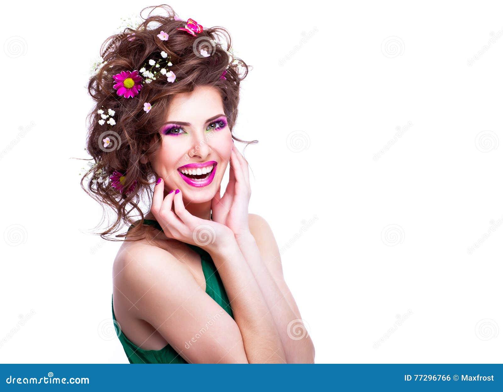 Giovane Donna Felice Con I Fiori Nei Suoi Capelli Ed Iso ...
