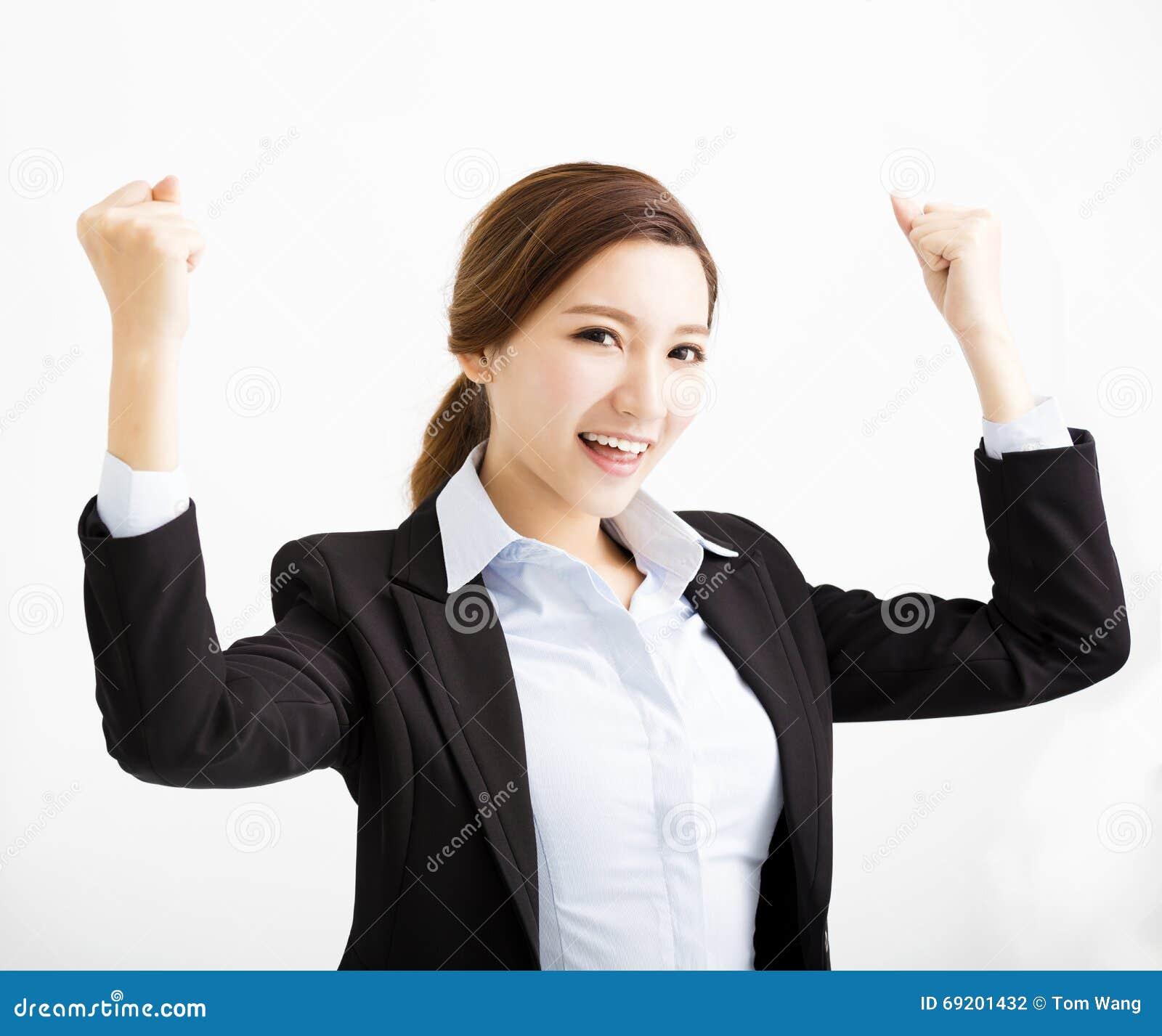 Giovane donna felice di affari con il gesto di successo