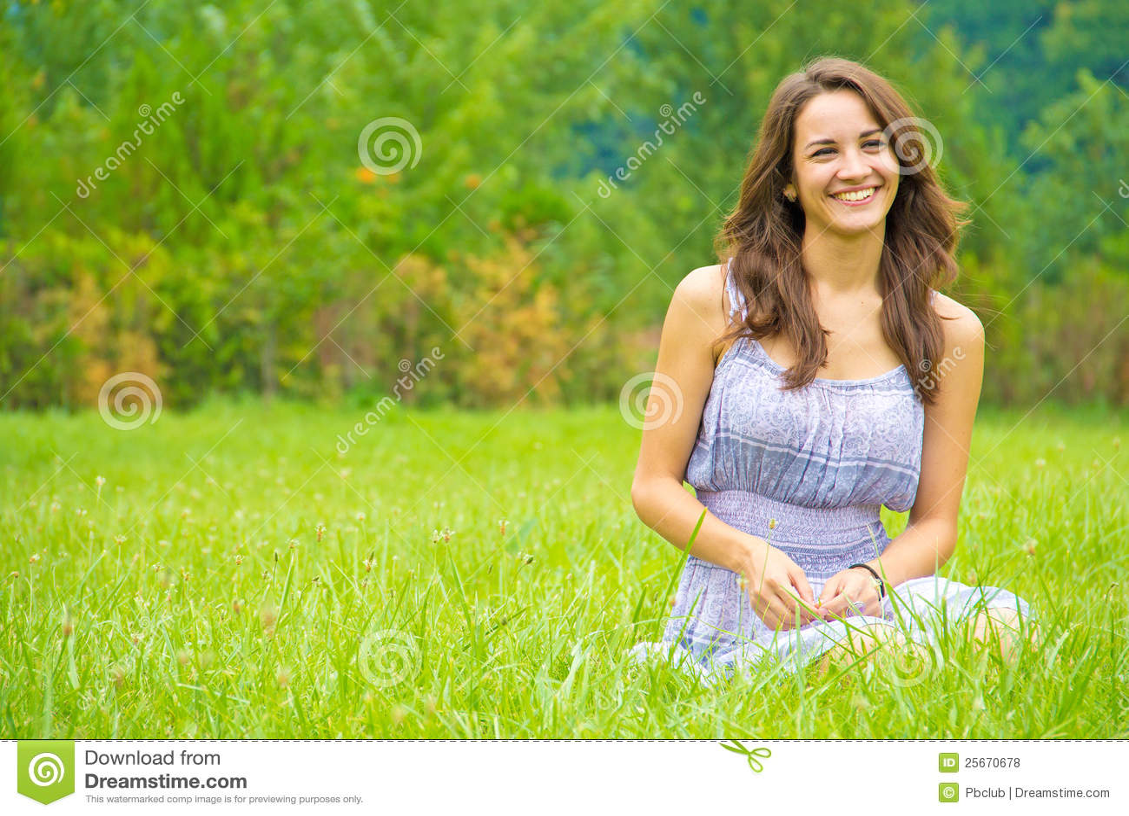 Giovane donna felice nel campo